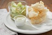 Tempura-Häppchen mit Mayonnaise und ein Glas Gurkensalat