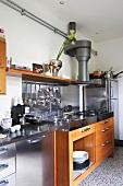 Moderne Einbauküche mit Holz- und Edelstahlfronten