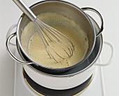 Eiermilch im Wasserbad unter Rühren erhitzen