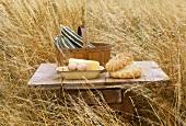 Brot, Eier, Käse,Zucchini auf einem Tischchen im Getreidefeld