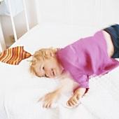 Mädchen auf einem Bett liegend