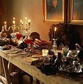 Rustikaler Holztisch opulent gedeckt mit Kerzenleuchtern & verzierten Gläsern