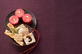 Drei Kerzen mit Salzgebäck