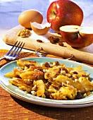 Gezupfter Apfelpfannkuchen mit Rosinen