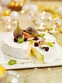 Brie mit Feigen und Cranberries zu Weihnachten