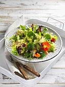 Blattsalat mit Kapuzinerkresse und geräucherter Hühnerbrust