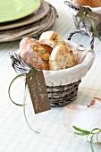 Brotkorb mit Ciabatta und Schildchen