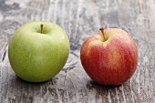 Two apples (Granny Smith and Elstar) on a wooden surface