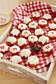 Adventskalender-Cupcakes auf Tablett