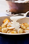 Roasted Jerusalem artichokes with cheese sauce
