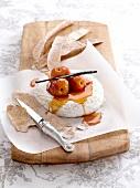 Pochierte Nektarinen mit Camembert und Anisfladen