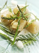 Boiled potatoes (unpeeled) with wild asparagus