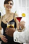 Leute mit Cocktails bei einer Party