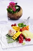 Exotischer Fruchtsalat mit Beeren und Kokos-Fruchteis