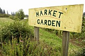 Schild im Garten mit biologischem Anbau