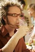 Mann mit Brille auf einer Party