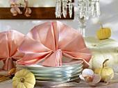 Herbstliche Buffetdeko mit gefalteter Serviette und Kürbissen