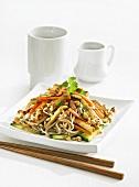 Nudeln mit Tofu, Gemüse und Nüssen (Asien)