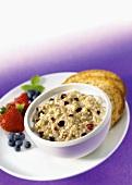 Ein Schälchen Haferflockenbrei (Porridge) mit verschiedenen Beeren