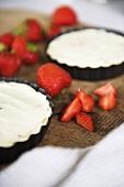 Ginger and honey cheesecake with fresh strawberries