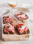 Minced pork, onions, peppers and capers on wholegrain bread