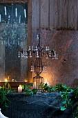 Tischdeko mit Kerzenleuchter und Efeu