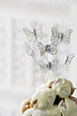 Torte mit Glasur und Deko-Schmetterlingen