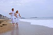 Paar läuft am Meer entlang