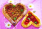 Herzförmige Blätterteigkuchen mit Rhabarber und mit Erdbeeren