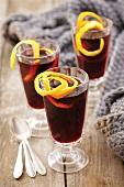 Glühwein mit Orangenschale