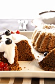 Ring cakes with cream, berries and icing sugar
