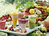 Fünf verschiedene Frucht-Smoothies