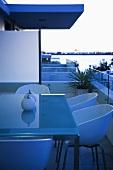 Tisch und Stühle auf Balkon