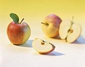 Äpfel, ganz und aufgeschnitten