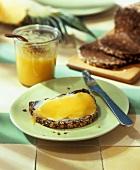 Vollkornbrot mit Ananas-Ingwer-Aufstrich