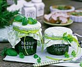 Basil- and parsley pesto in jars