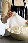 Gekochten Reis mit einem Tuch abdecken