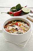 Asiatische Suppe mit Pilzen und Garnelen