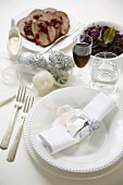 White Christmas place-setting, roast beef and red cabbage