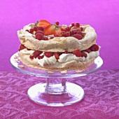 Pavlova mit Mandeln und frischen Beeren