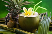 Ausgehöhlte grüne Kokosnuss mit Kokosmilch