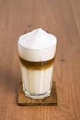 Ein Glas Latte Machiatto