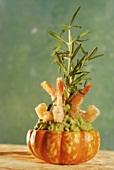 Guacamole mit Garnelen und Rosmarin in ausgehöhltem Kürbis