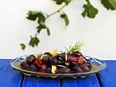 Schwarze Oliven in Olivenöl eingelegt