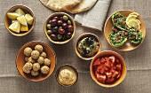 Mezze-Tafel mit Hummus, Falafel, Moutabal, Tabbouleh, etc.