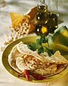 Fladenbrot mit Hummus (Kichererbsenpüree, Arabische Küche)