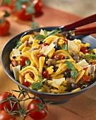 Nudelsalat mit Anchovis, Kapern, Oliven und Parmesan