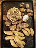 Kartoffeln, Ingwerwurzel, Sellerieknolle und Knoblauch