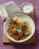Zwiebelgulasch mit Paprika, Sauerkraut und frischem Majoran