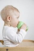 Kleines Kind trinkt aus der Babyflasche